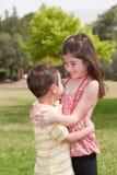 拥抱姐妹的affectionatly兄弟 库存照片