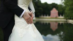 拥抱婚礼的夫妇,拿着花的花束新娘在她的手上 股票视频