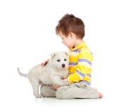 拥抱孩子小狗白色的背景 库存图片