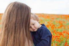 拥抱孩子的母亲 免版税库存图片