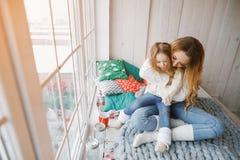 拥抱小女儿的母亲 免版税库存照片