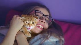 拥抱小猫的女孩 库存照片