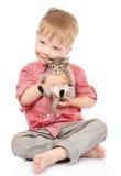 拥抱小猫的小男孩 背景查出的白色 免版税图库摄影
