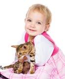 拥抱小猫的愉快的ittle女孩 背景查出的白色 免版税库存照片