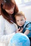 拥抱小男孩的母亲 库存图片