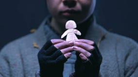 拥抱小纸人的无家可归的孤儿,作梦家庭和更好的生活 影视素材