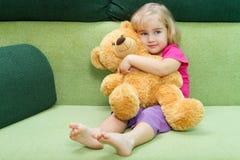 拥抱少许女用连杉衬裤的熊女孩 免版税库存图片