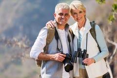 拥抱山的夫妇 免版税库存图片