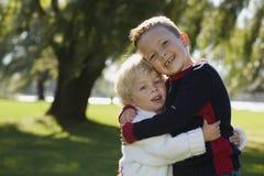 拥抱年轻人的兄弟 免版税库存照片