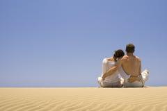 拥抱年轻人的夫妇 免版税库存照片