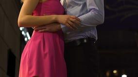 拥抱年轻女性的爱的人由腰部,热情的日期,关系 股票视频