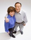 拥抱微笑的夫妇 免版税库存照片