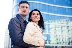 拥抱微笑的年轻的夫妇户外 免版税库存照片