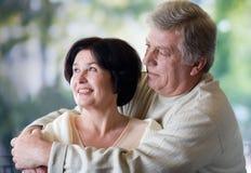 拥抱愉快室外的夫妇年长的人 库存照片