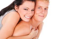 拥抱愉快的十几岁的夫妇 免版税图库摄影