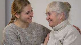 拥抱愉快的微笑的夫人,在家庭的友好的信任的联系的孙女 影视素材