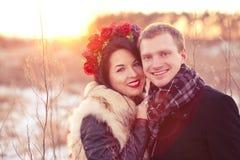 拥抱愉快的年轻的夫妇微笑和 库存照片
