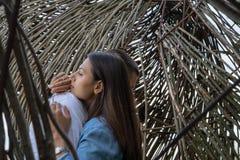 拥抱户外的年轻夫妇在木背景在乡下 库存照片