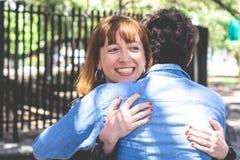 拥抱户外的愉快的夫妇 免版税库存图片