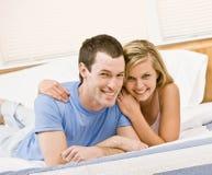 拥抱放松的河床夫妇 免版税库存照片