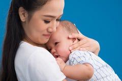拥抱新出生的婴孩 免版税库存图片