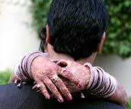 拥抱新郎的巴基斯坦&印地安新娘 免版税库存照片