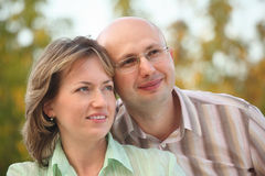 拥抱早期的秋天公园的夫妇 库存照片