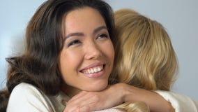 拥抱最好的朋友的快乐的多种族女孩支持,喜讯 股票录像