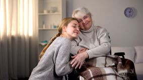 拥抱有残障的祖母,家庭仁慈的孙女,志愿 库存图片