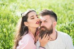 拥抱有胡子的人的太阳镜和桃红色衬衣的肉欲的女性 有闭合的眼睛的性感的女孩爱抚面孔的她的残酷 库存照片