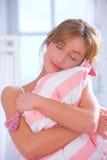拥抱枕头妇女 免版税库存图片