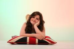 拥抱枕头的深色的女孩 库存图片