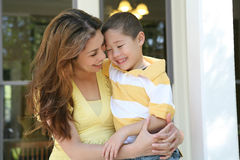 拥抱母亲儿子 免版税图库摄影