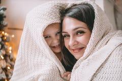 拥抱母亲和女儿的明亮的图片以心脏的形式 图库摄影