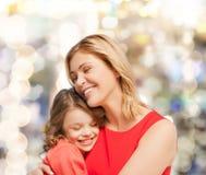 拥抱母亲和女儿 免版税图库摄影