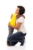 拥抱母亲的男孩 免版税库存图片
