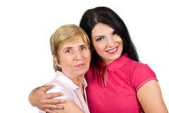 拥抱母亲的美丽的女儿 免版税库存图片