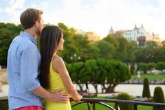 拥抱浪漫的夫妇享受看法在公园 免版税库存图片