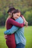 拥抱浪漫的夫妇 免版税库存照片