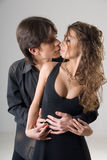 拥抱热情的年轻人的夫妇 免版税库存图片