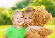 二小孩儿拥抱 免版税库存照片