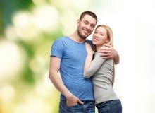 拥抱爱微笑的概念夫妇 免版税库存照片