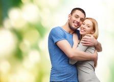 拥抱爱微笑的概念夫妇 免版税库存图片