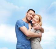 拥抱爱微笑的概念夫妇 库存图片