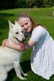 拥抱狗的女孩 免版税库存图片