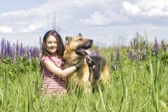 拥抱狗的女孩 库存照片