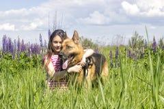 拥抱狗的女孩 免版税库存照片