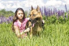 拥抱狗的女孩 免版税图库摄影