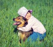 拥抱狗的小女孩, 图库摄影