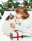 拥抱猫的女孩 免版税库存图片